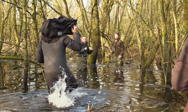 Afbeelding van Achter de Schermen: Cameraman struikelt in ondergelopen bos?!